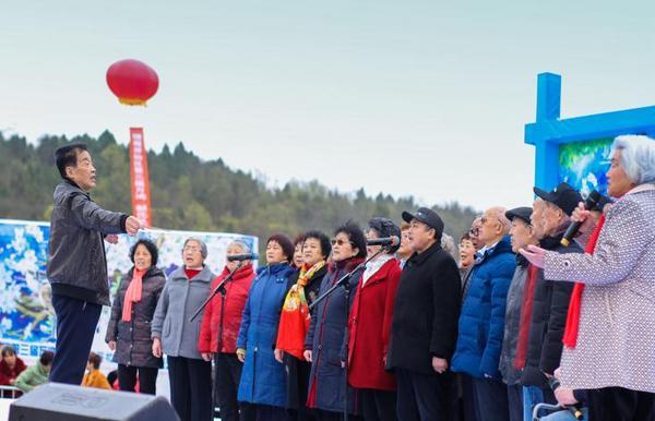 万鸿颐养院老人合唱队在游仙区第三届万鸿《梨花开又放》智慧农旅艺术节开幕式上引吭高歌