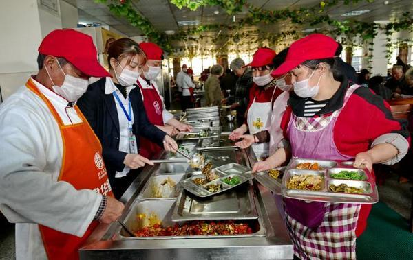 工作人员为每一位老人送餐到桌,细心热情。
