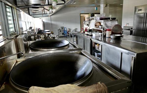干净、整洁又明亮的厨房一角。